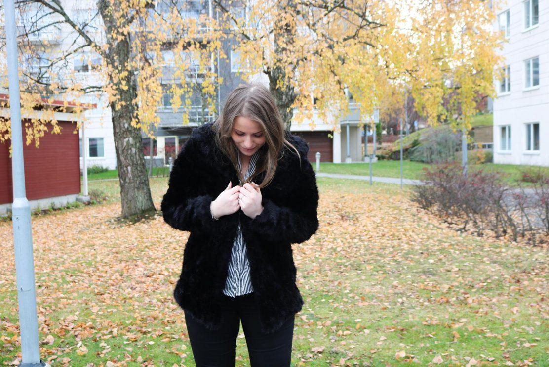 framgångsfaktorer-svart-fuskpäls-höst-stockholm-dagens-outfit