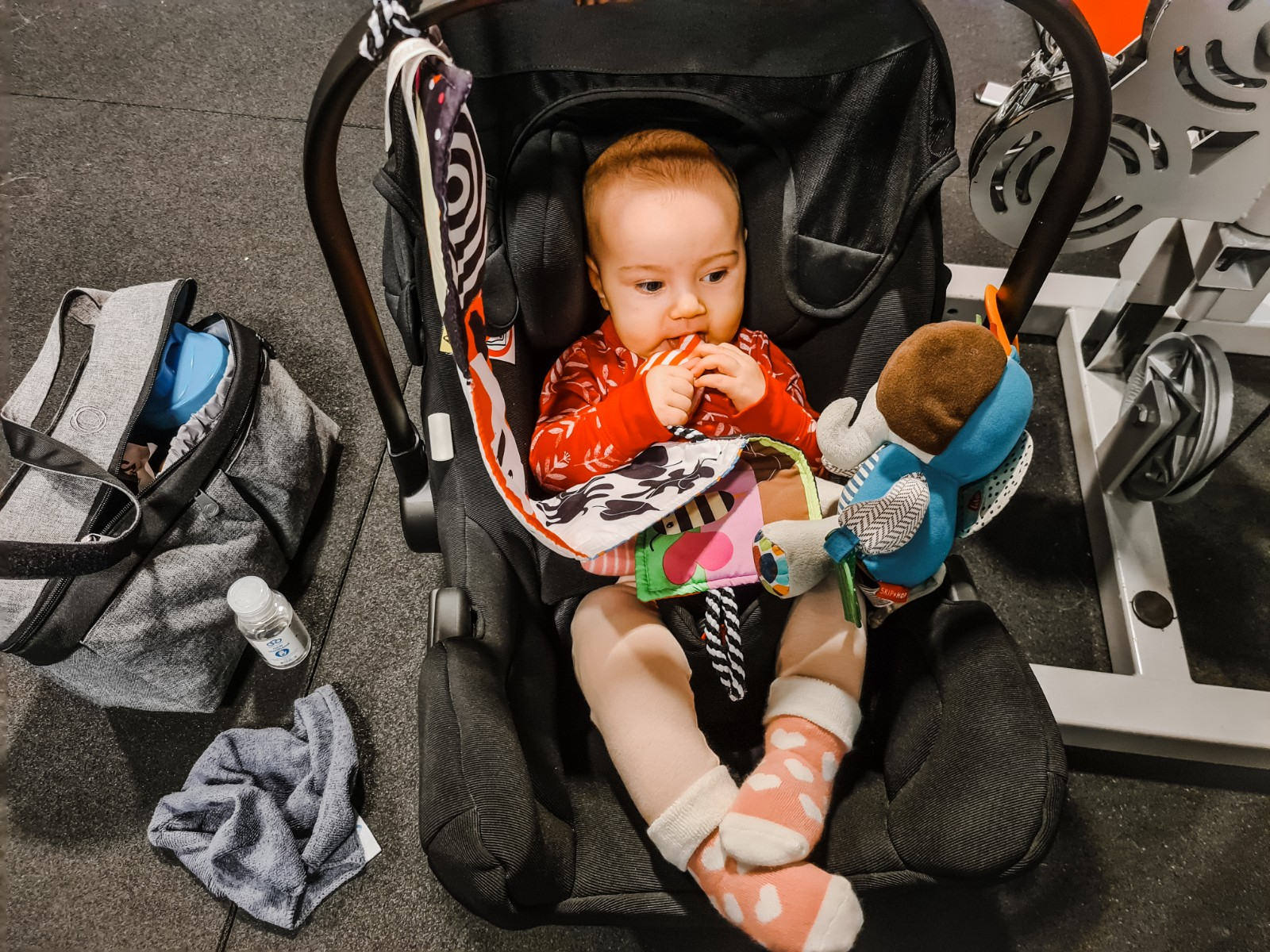 6 månaders bebis sitter i sitt babyskydd på gymmet på Friskis&Svettis Tyresö