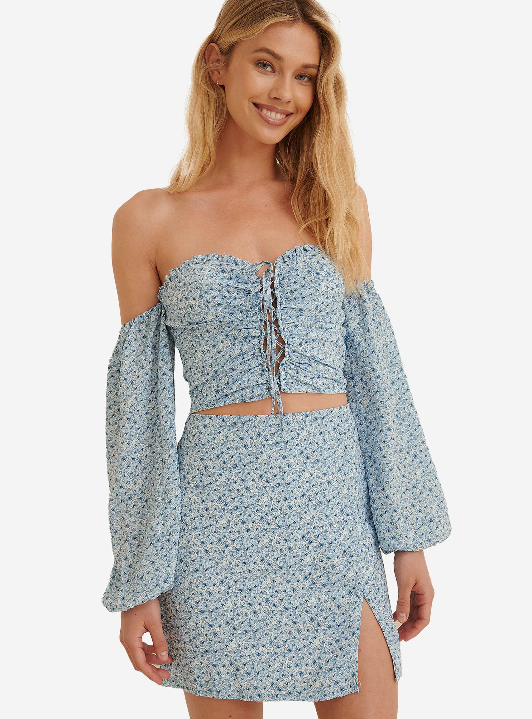 blå-blommig-off-shoulder-blus-med-lägre-ärmar-och-matchande-kort-kjol-med-liten-slits-från-a-kd