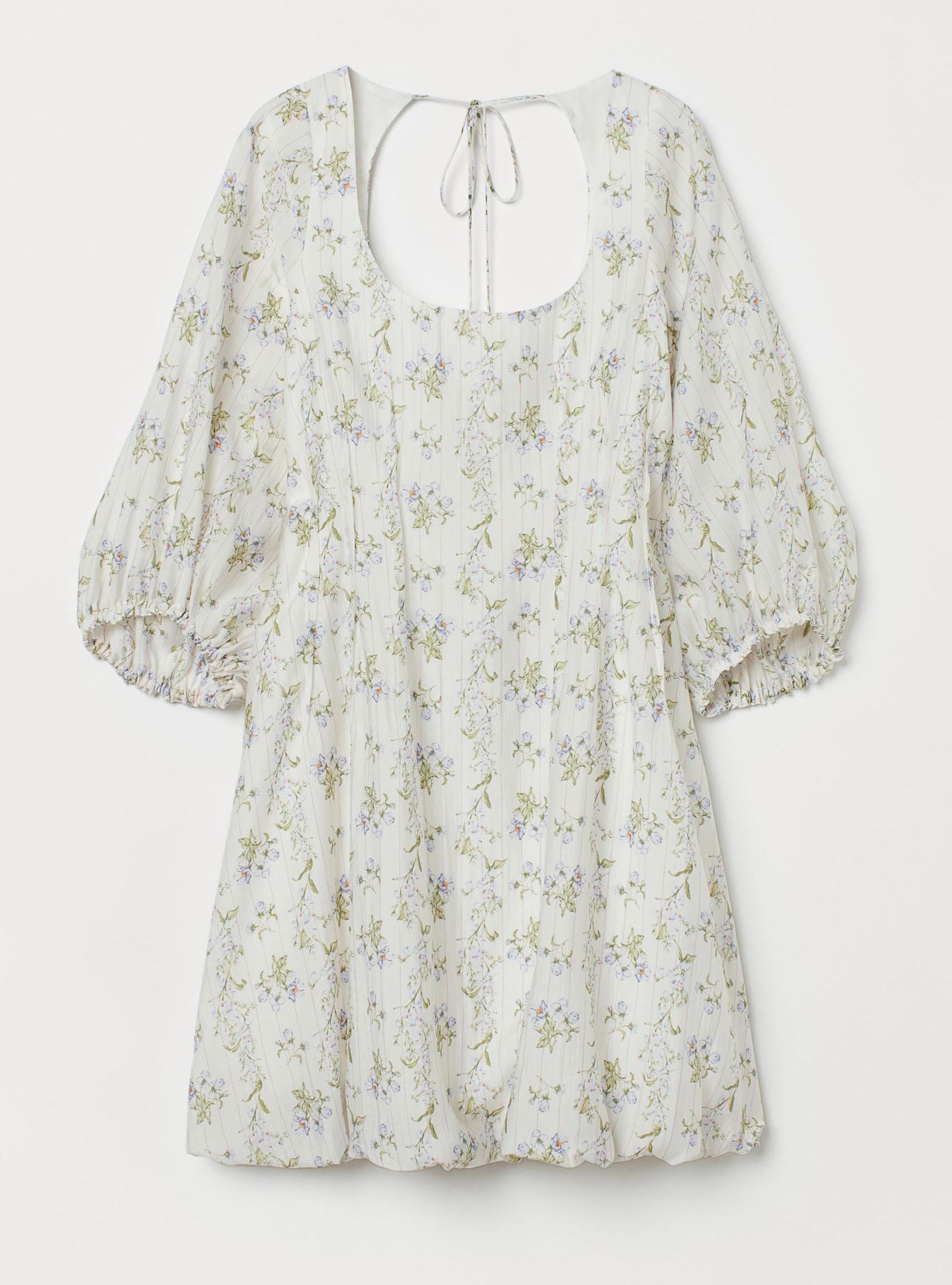 ljus-blommig-klänning-med-ballongkjol-och-utskuret-parti-i-ryggen-från-H&M