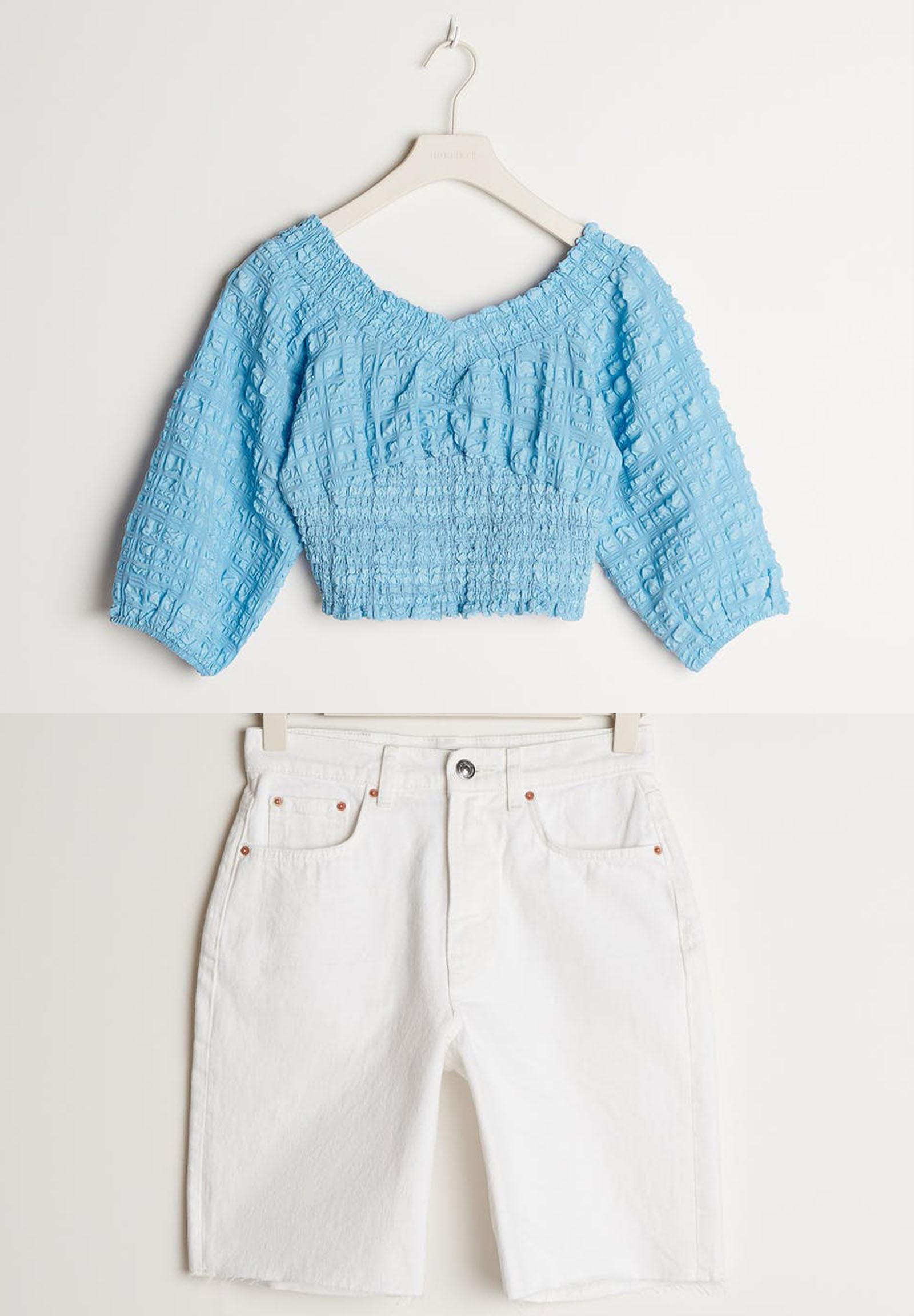ljusblå-off-shoulder-topp-och-vita-längre-jeansshorts-från-gina-tricot