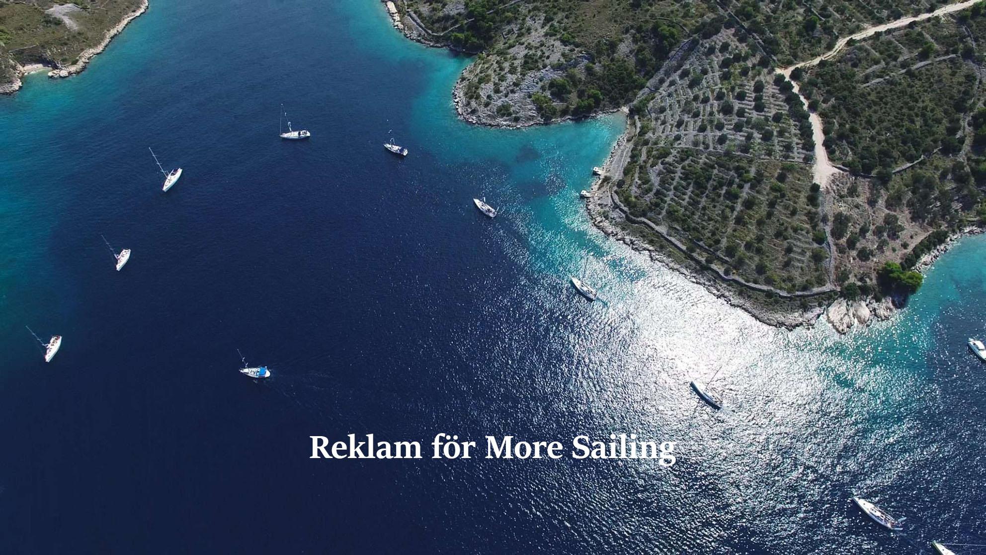Bild på ett flertal segelbåtar vid en ö ute i det vackra vattnet